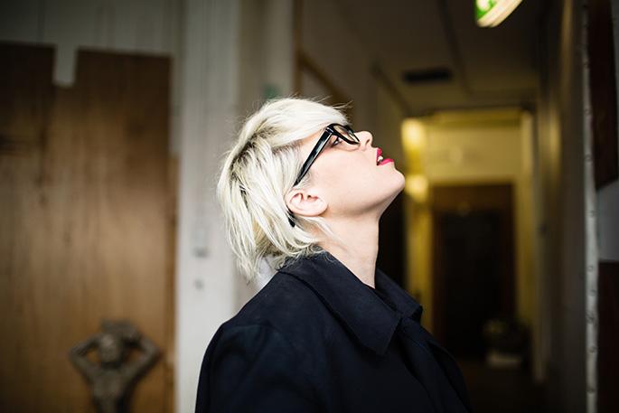 tania-wearing-bespecd-retro-wayfarer-glasses